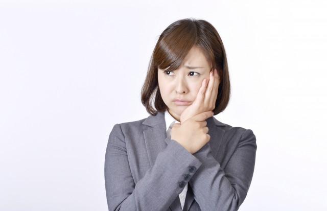 顎関節症の女性の写真